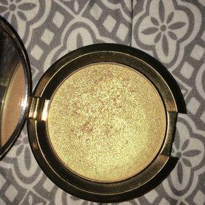 BECCA Makeup - BECCA HIGHLIGHTER| topaz flashes gilt| golden✨